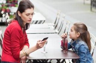 mama con celular en la mano